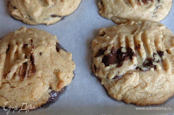 Печь 6-8 минут при 175 градусах. Печенье должно чуть покоричневеть по краям.