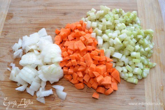 Лук, морковь и сельдерей нарезать мелким кубиком. Обжариваем с небольшим количеством оливкового масла на среднем огне до прозрачного состояния. Чеснок мелко рубим.