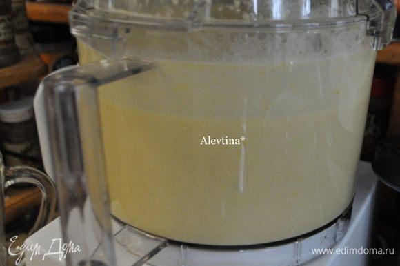 Затем добавить по яйцу,мед, миндальную муку,соль и разрыхлитель и все взбить до однородной массы.