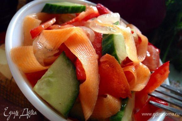 Смешать маринованные овощи со свежими и заправить салат оливковым маслом.