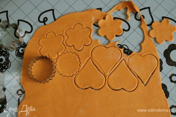 А дальше - можно пофантазировать на тему и форм, и начинок Ваших пирожков. Формочками для печенья вырезать фигурки. У меня цветочки и сердечки... Использовать оба вида теста.