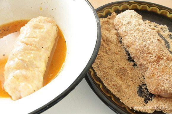 В отдельные мисочки насыпаем муку, панировочные сухари,взбитое с щепоткой соли и молотого перца яйцо. Каждый рулетик хорошо обвалять в муке, затем окунуть в яичную смесь, обвалять в панировочных сухарях. Нагреть сковороду с растительным маслом и обжарить рулетики до золотистого цвета на минимальном огне под крышкой.Рулетики время от времени переворачиваем,что бы они равномерно прожарились.