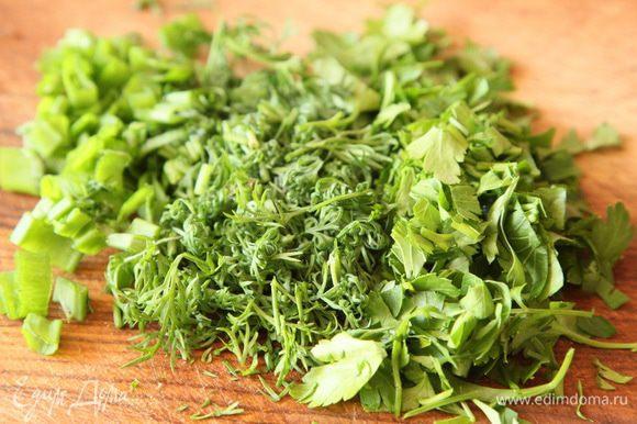 Айсберг (можно взять любой листовой салат) рвем крупными кусками, добавляем в салатник. Нарезаем зелень, тоже отправляем в салатник.
