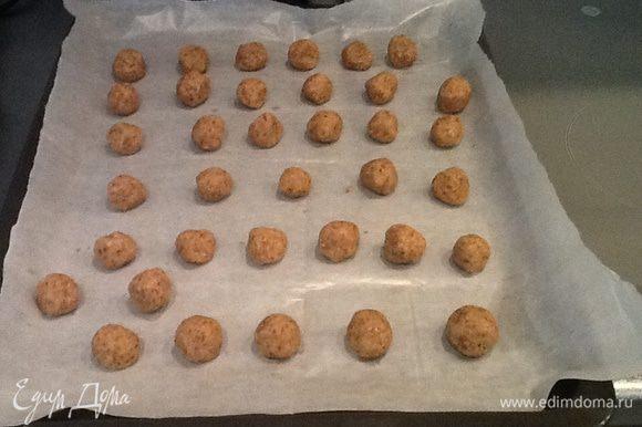 Из теста делаем небольшие шарики и выкладываем на противень застеленный бумагой для выпечки.Выпекаем 12-15 минут при t- 180 градусов.