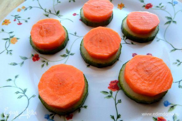 Раскладываем на тарелке,сверху кладём кружочки свежей моркови для красоты и пользы)))