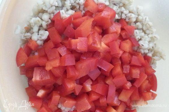 Болгарский перец режем мелким кубиком...