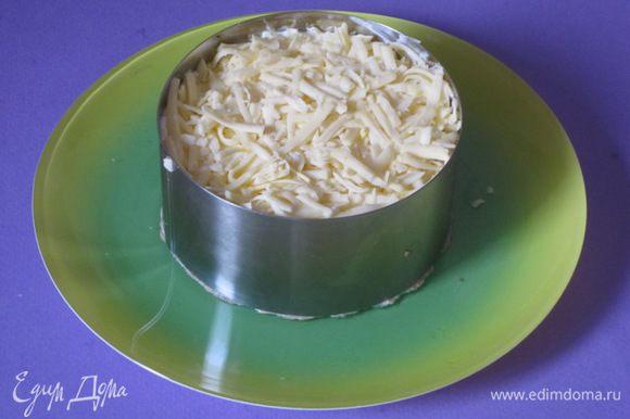 Сверху посыпать натертым сыром.