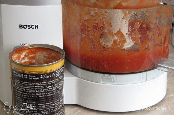 Томаты пюрировать в кухонном комбайне или с помощью блендера. Вместо консервированных можно использовать свежие томаты, предварительно сняв с них кожицу.