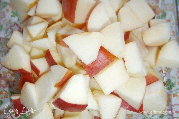 Яблоки очистить от сердцевины и нарезать крупными кубиками.