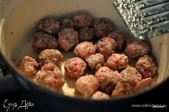 Подготовим кастрюлю с толстым дном,выльем оливковое масло и обжарим фрикадельки, переложим в блюдо.