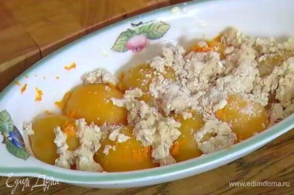 Выложить тесто на персики и выпекать в разогретой духовке 25–30 минут.
