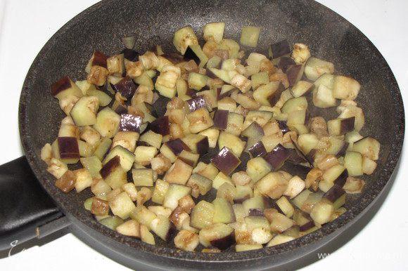 Пока тефтельки томятся, займемся гарниром. Баклажан порезать кубиком и обжарить на оливковом масле до готовности.