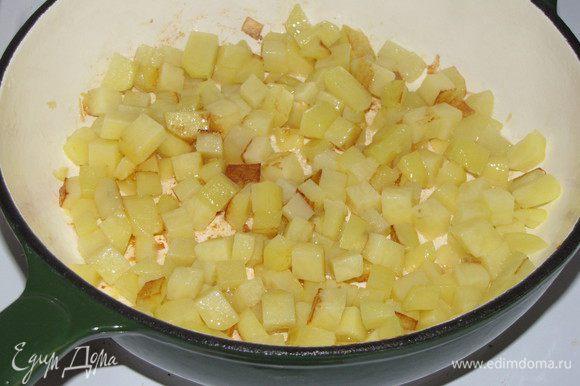 Картофель нарезать таким же кубиком и пожарить в отдельной сковороде. Затем соединить с баклажанами и перемешать.