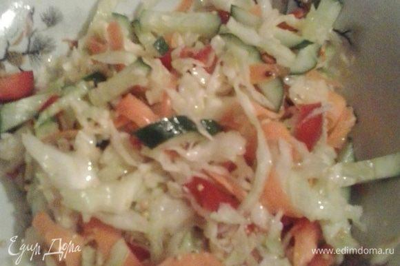 """Пока мясо """"отдыхает"""" готовим салат. Капусту тонко шинкуем, перетираем с солью. Морковь измельчаем с помощью овощечистки, перец нарезаем кубиком, огурец - соломкой. Соединяем все овощи и поливаем заправкой."""