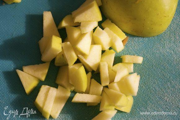 Яблоко нарезать небольшими кубиками (я не очищаю кожуру).