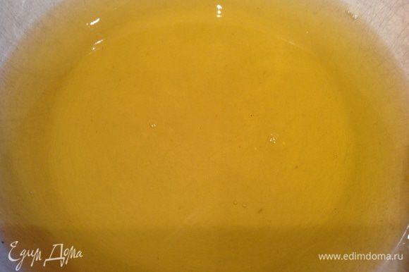 Мед и сахар растворить в горячей воде.