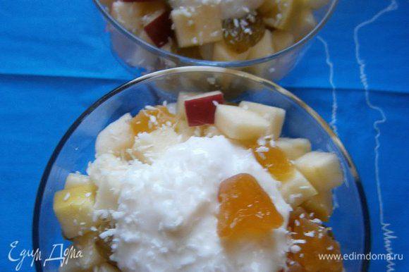 Выложить вторым слоем яблочный салат с сухофруктами, полить оставшимся кокосовым йогуртом. Украсить кокосовой стружкой. Приятного аппетита!