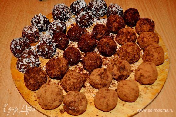 Из подготовленной массы скатать шарики,обвалять в какао с сахаром или в кокосовой стружке. Убрать конфеты в холодильник минимум на 2 часа.