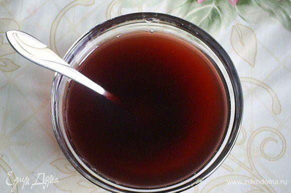 Желатин замачиваем в холодной воде, примерно 2 столовые ложки. Даем ему набухнуть. Затем растворяем желатин в горячем малиновом настое.