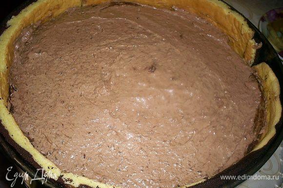 Затем выкладываем сверху мусс, оставив немного для сглаживания верха торта. Затем кладем второй шоколадный бисквит. А сверху выравниваем поверхность муссом. Отправляем торт в холодильник минимум на час.