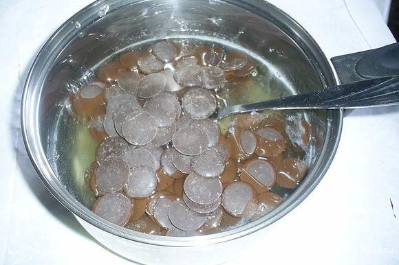 Даем немного остыть и добавляем набухший желатин. Затем добавляем поломанный на кусочки шоколад (можно заменить шоколадной глазурью) и перемешиваем до однородности.
