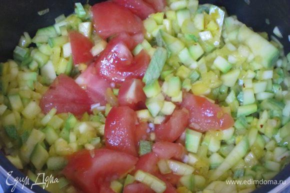 Затем нарезанный помидор.