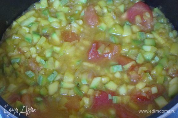 Через 2 минуты перемешать овощи, влить овощной бульон или воду.