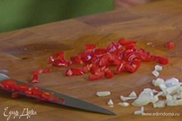 Чили, удалив семена, мелко нарезать.