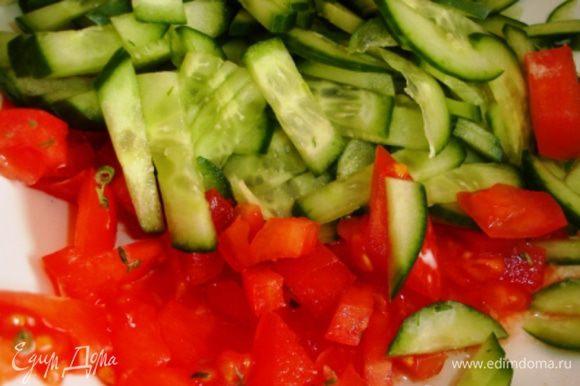 2 огурца и 1 помидор помыть и порезать: огурцы - соломкой, а помидор - кубиками.