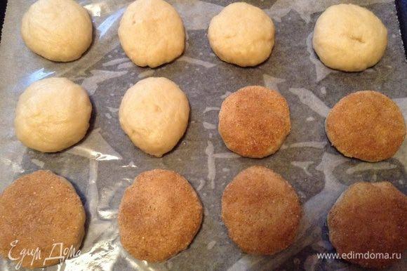 Сформировать шарик, потом лепешку, приплюснув шарик ладонями, и обвалять одну сторону в корице с сахаром. (Я оставила часть лепешек без обсыпки). Выложить на противень с пекарской бумагой, оставляя между ними немного места.