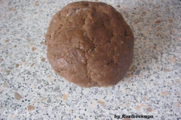 К сливочной массе добавить мучную, замесить однородное тесто. Завернуть в пищевую пленку, и убрать в холодильник на полчаса-час.