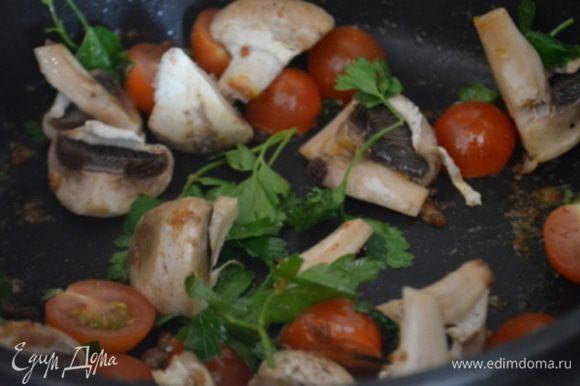 Курицу сложить на тарелку, положить на нее по кусочку сливочного масла и капнуть на масло мед и пусть оно растает а пока на этой же сковороде, на остатках соков обжарить пару минут черри, грибы и петрушку, посолить, поперчить.