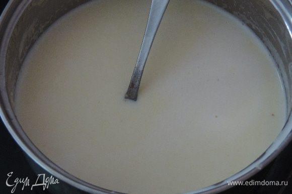 На среднем огне, постоянно помешивая, доводим смесь до однородного состояния. Сыр должен полностью расплавиться. Тогда пробуем массу на соль, если нужно - солим, добавляем по вкусу мускатный орех.