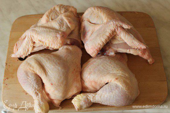 Курицу разрезать на 4 части.