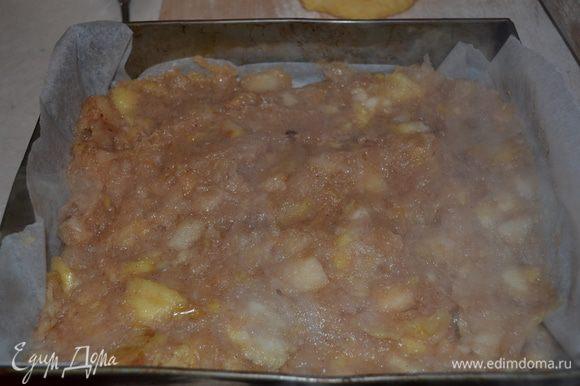 Добавляем лимонный сок, муку, разрыхлитель, крахмал, перемешиваем. Тесто делим на две части, в одну часть добавляем какао. В форму для выпекания на тесто №1 выкладываем яблочную начинку.