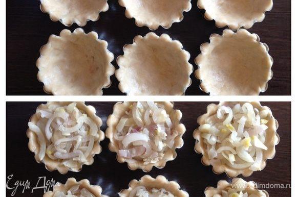 Смажем маслом формы (у меня металлические), распределим по ним тесто, заполним их луком и поставим в холодильник минут на 15. У меня получилось 6 мини-пирогов.