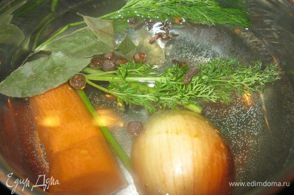 Для борща нужен наваристый душистый бульон. «Ну, какой же бульон из шампиньонов, да еще и мороженных!» - скажите вы и будете правы. Но я постараюсь. В полтора литра подсоленной воды положил половину луковицы с шелухой, морковь, веточки укропа, душистый и черный перец и гвоздику. Через двадцать минут варки получится неплохой овощной бульон. Пока подготовлю грибы.