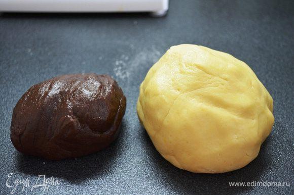 Готовое тесто делим на 2 части: бОльшую и поменьше. В меньшую часть добавляем какао. Готовое тесто должно быть очень мягким, НО не липнуть к рукам!