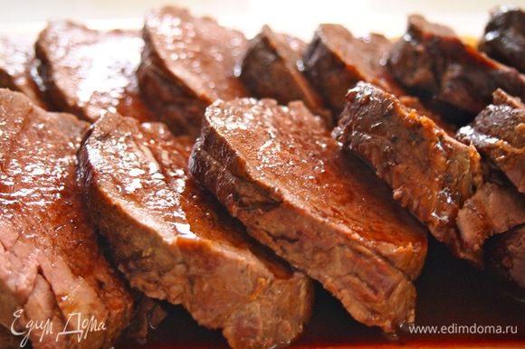 Уменьшить температуру духовки до 170 градусов. В рукав положить кружочки моркови, а на них обжаренную телятину. Вылить оставшийся маринад и завязать пакет. Отправить в духовку на 40-50 минут. Перед подачей дать мясу отдохнуть 10 минут, а только затем открывать пакет и нарезать мясо. Полить оставшимся соусом из рукава.