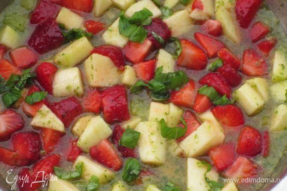 Выложить фрукты в маринад, добавить мелко порезанный базилик и поставить в прохладное место на 2 часа.