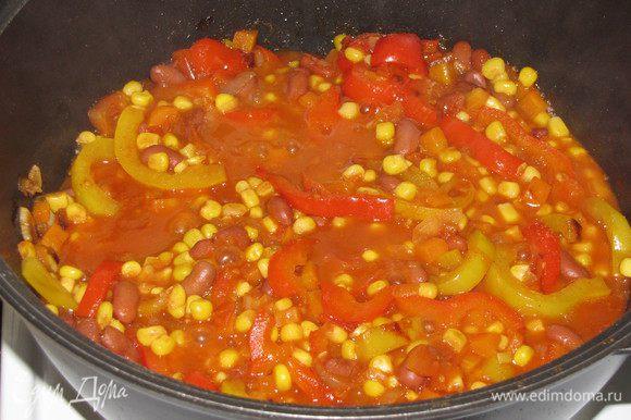 Выложить в сотейник к овощам консервированную кукурузу и фасоль (я взяла фасоль в томатном соусе).