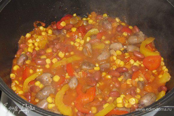 Добавить к овощам сердечки. Посолить, приправить паприкой, перцем чили и корицей. Перемешать и томить на медленном огне под крышкой 10 минут.
