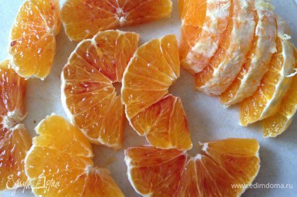 Апельсин очистить, разрезать пополам, а затем каждую половинку на дольки, толщиной 0,5-0,7 см