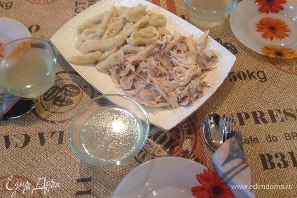 Когда галушки (галнаш) будут готовы, то надо выложить на блюдо курицу и галушки. Отдельно подать соус и пиалы с бульоном.