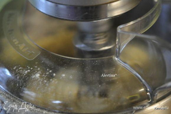 В большой емкости, если делаем вручную или используем кухонный миксер. Выкладываем остальные 6 первых ингредиентов для теста+ 4½ стак. муки + готовый стартер. Все замешиваем вместе примерно 6 мин.