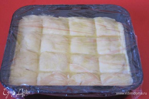 Накрыть пищевой пленкой, поставить в теплое место на 25 минут.