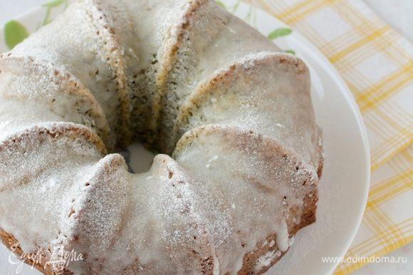 Дайте кексу постоять в форме 10-15 минут, затем выложите его на блюдо, посыпьте сахарной пудрой или сделайте глазурь.