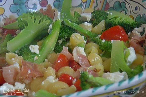 Фету поломать на небольшие кусочки, выложить на салат и все перемешать.