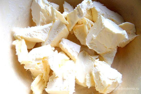 Масло достать заранее и размять на кусочки.