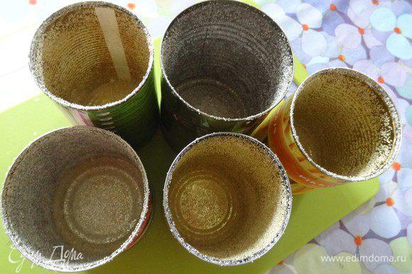 Приготовим формы для куличей. Для этого металлические баночки хорошо смазать растительным маслом при помощи кисточки и обсыпать манкой.